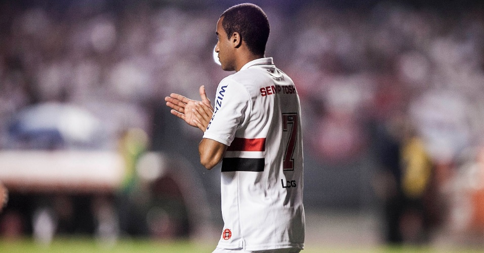 12.dez.2012 - Lucas em campo no Morumbi; jogador faz sua despedida do São Paulo no jogo contra o Tigre