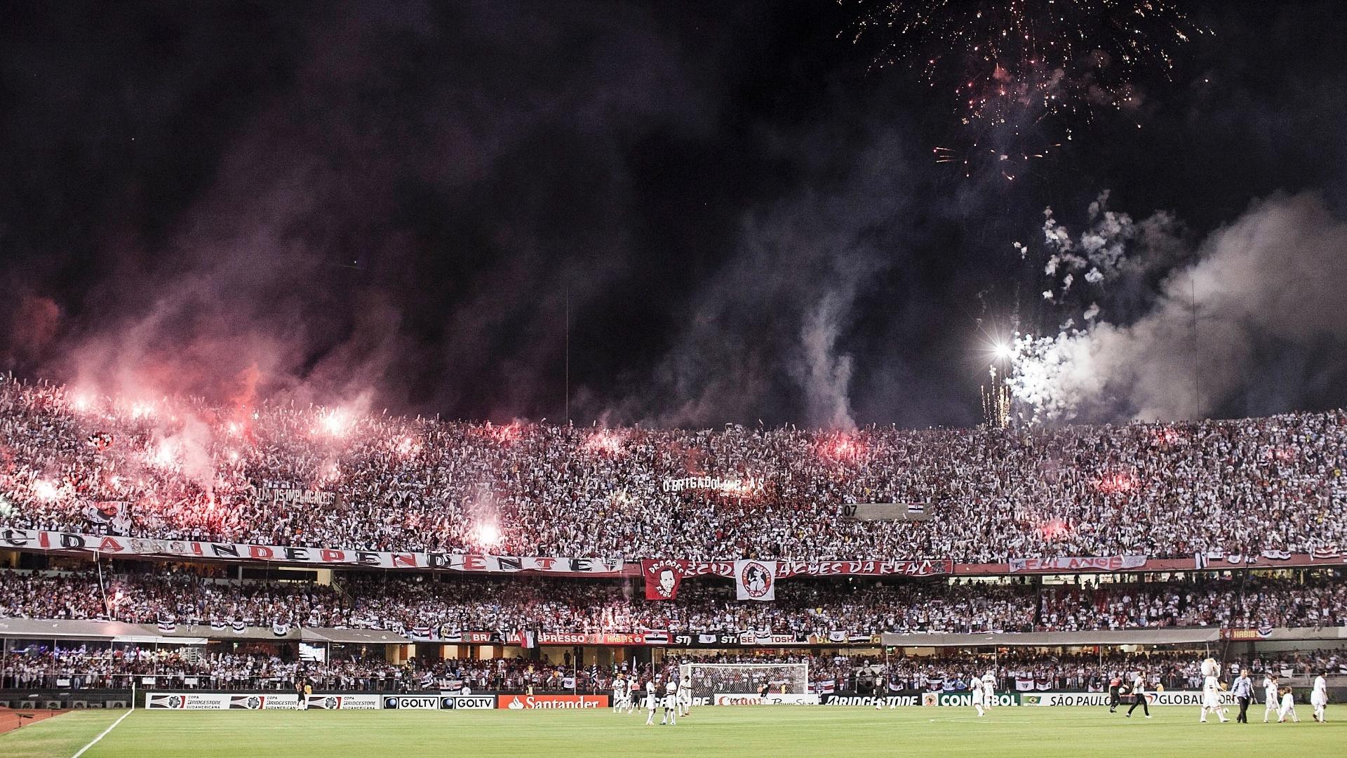 12.dez.2012 - Morumbi lotado vê a entrada de São Paulo e Tigre em campo com fogos de artifício