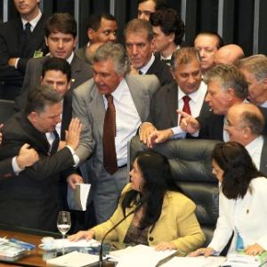 Parlamentares cercam a vice-presidente da Câmara, Rose de Freitas (de amarelo), que presidia a sessão conjunta que votou a urgência para análise dos vetos