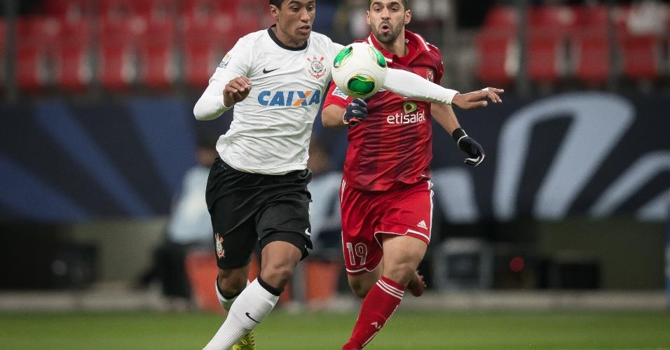 12.dez.2012 - Paulinho domina a bola no braço em lance da vitória do Corinthians sobre o Al Ahly pela semifinal do Mundial de Clubes no Japão