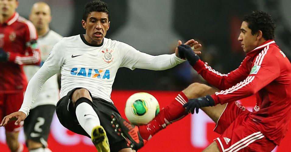 12.dez.2012 - Paulinho entra em disputa de bola com jogador do Al Ahly na estreia do Corinthians no Mundial de Clubes do Japão; time brasileiro venceu por 1 a 0