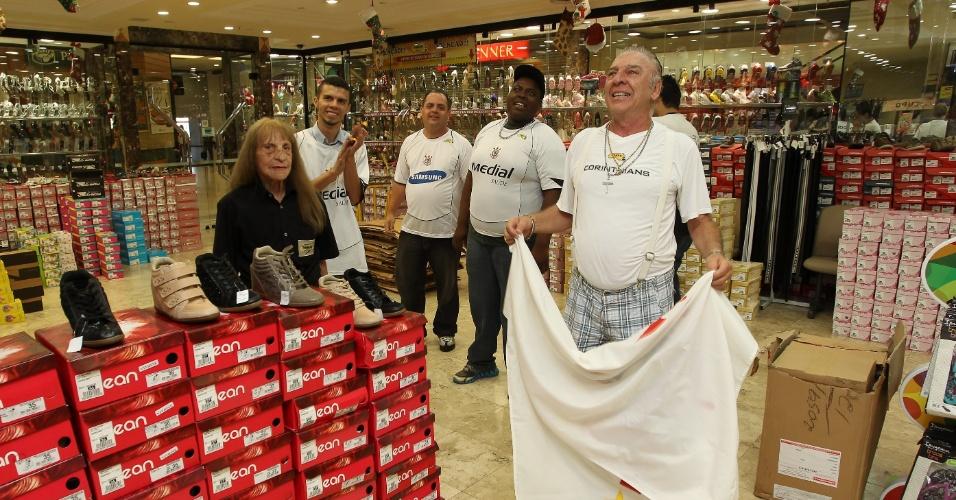 12.dez.2012 - Romão, dono da tradicional loja de sapatos Romão na zona leste de São Paulo, assiste ao jogo entre Corinthians e Al Ahly
