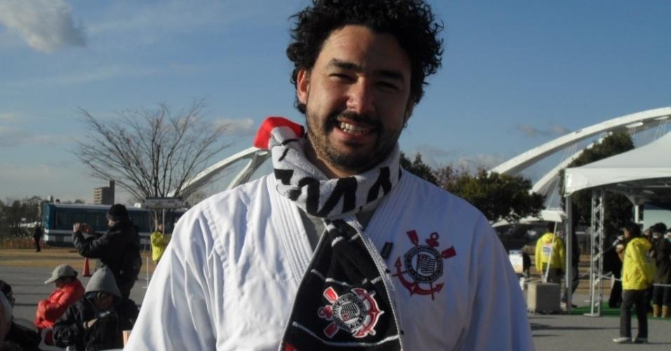 12.dez.2012 - Torcedor do Corinthians mostra confiança na chegada ao estádio Toyota, palco da estreia do time no Mundial de clubes