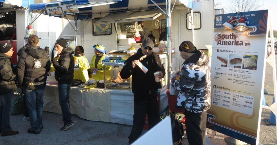 12.dez.2012 - Torcedores corintianos curtem comida em lanchonete oficial do Mundial de clubes na entrada do estádio Toyota