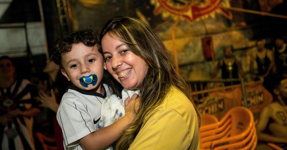 12.dez.2012 - Torcedores corintianos de todas as idades participaram de festa na sede da Gaviões da Fiel durante a madrugada