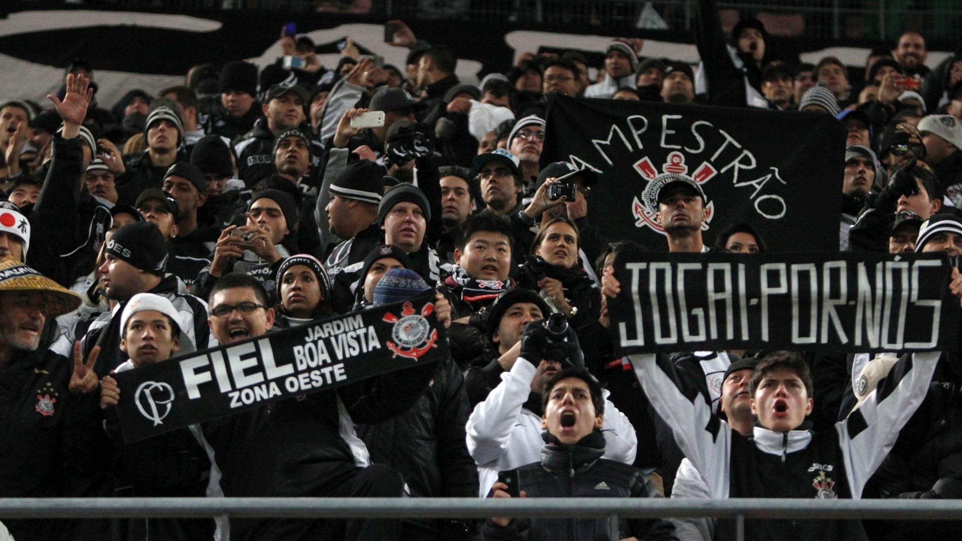 12.dez.2012 - Torcedores corintianos levam faixas regionais para o estádio para acompanhar o jogo contra o Al Ahly pelo Mundial de Clubes