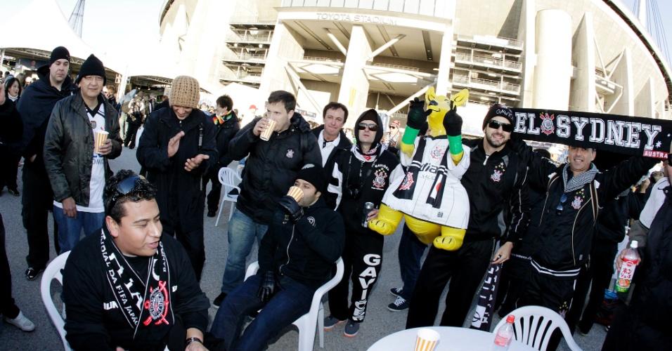 12.dez.2012 - Torcedores do Corinthians chegam ao estádio Toyota  para acompanhar a estreia do time no Mundial de clubes