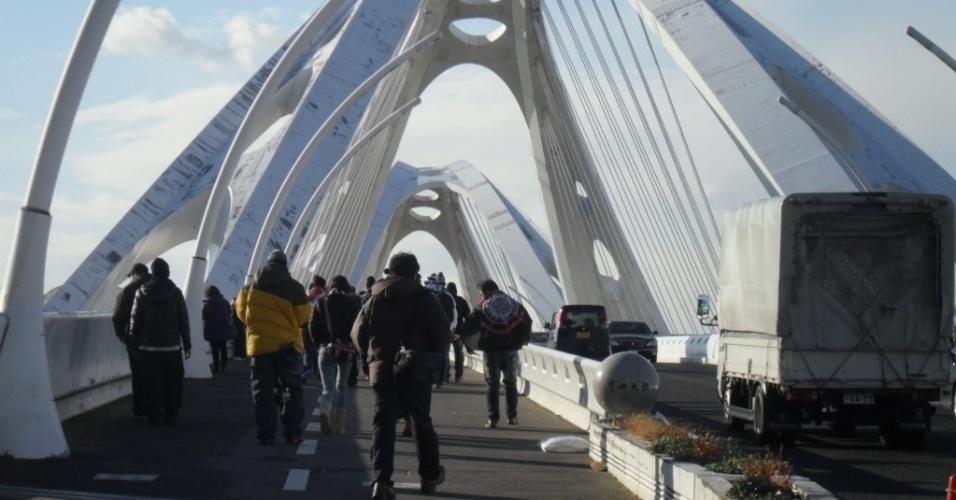 12.dez.2012 - Torcedores do Corinthians se dirigem ao estádio Toyota  para acompanhar a estreia do time no Mundial de clubes