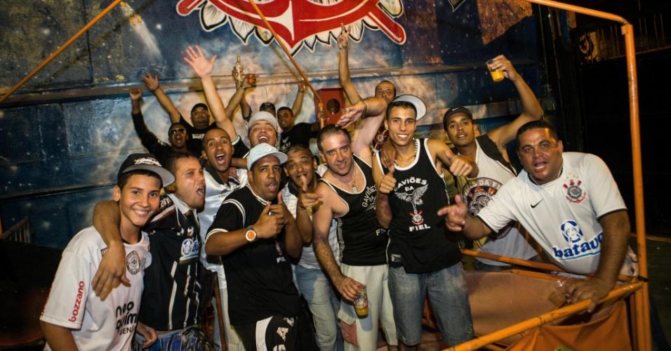 12.dez.2012 - Torcedores do Corinthians se reuniram na quadra da Gaviões da Fiel durante a madrugada e até organizaram uma 'pelada' para aguardar a estreia do time no Mundial de clubes