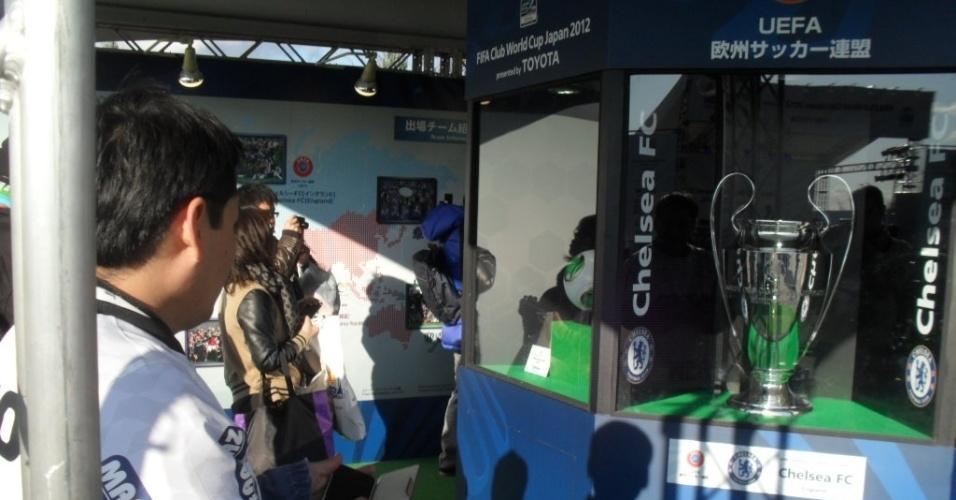 12.dez.2012 - Torcedores do Corinthians visitam exposição sobre os participantes do Mundial de clubes na entrada do estádio Toyota