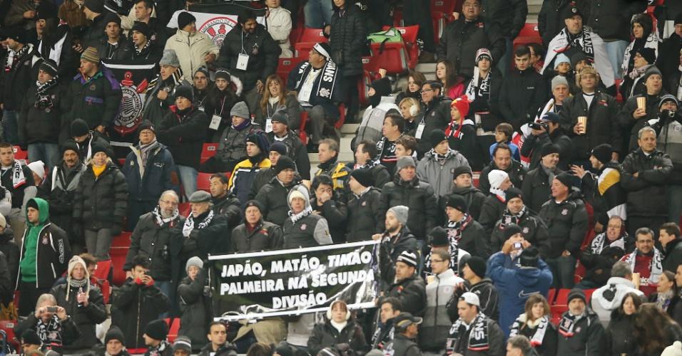 12.dez.2012 - Torcida do Corinthians ergue faixa e aproveita para provocar o rival Palmeiras na arquibancada do estádio de Toyota, onde o clube estreia no Mundial de Clubes contra o Al Ahly