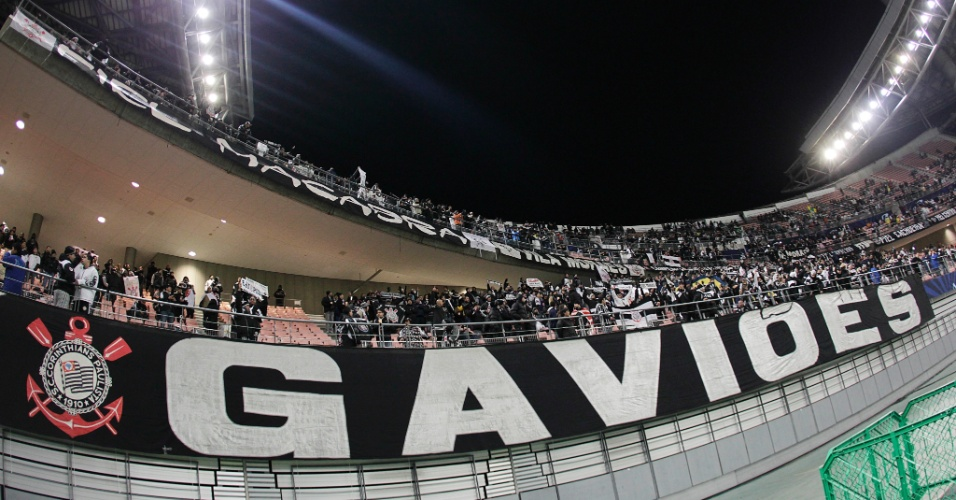 12.dez.2012 - Torcida do Corinthians toma dois anéis do estádio de Toyota, onde o clube estreia no Mundial de Clubes, contra os egípcios do Al Ahly