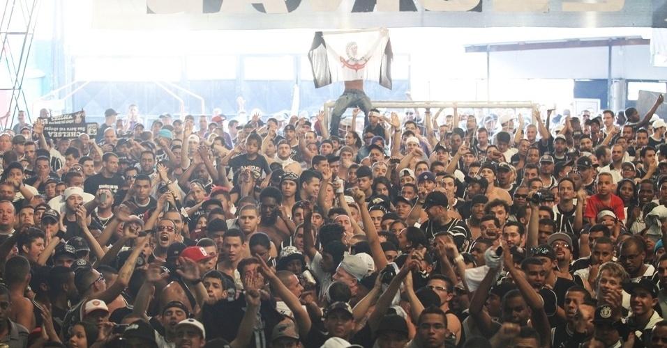 12.dez.2012 - Torcida se reúne na quadra da Gaviões da Fiel para acompanhar a estreia do time no Mundial de Clubes