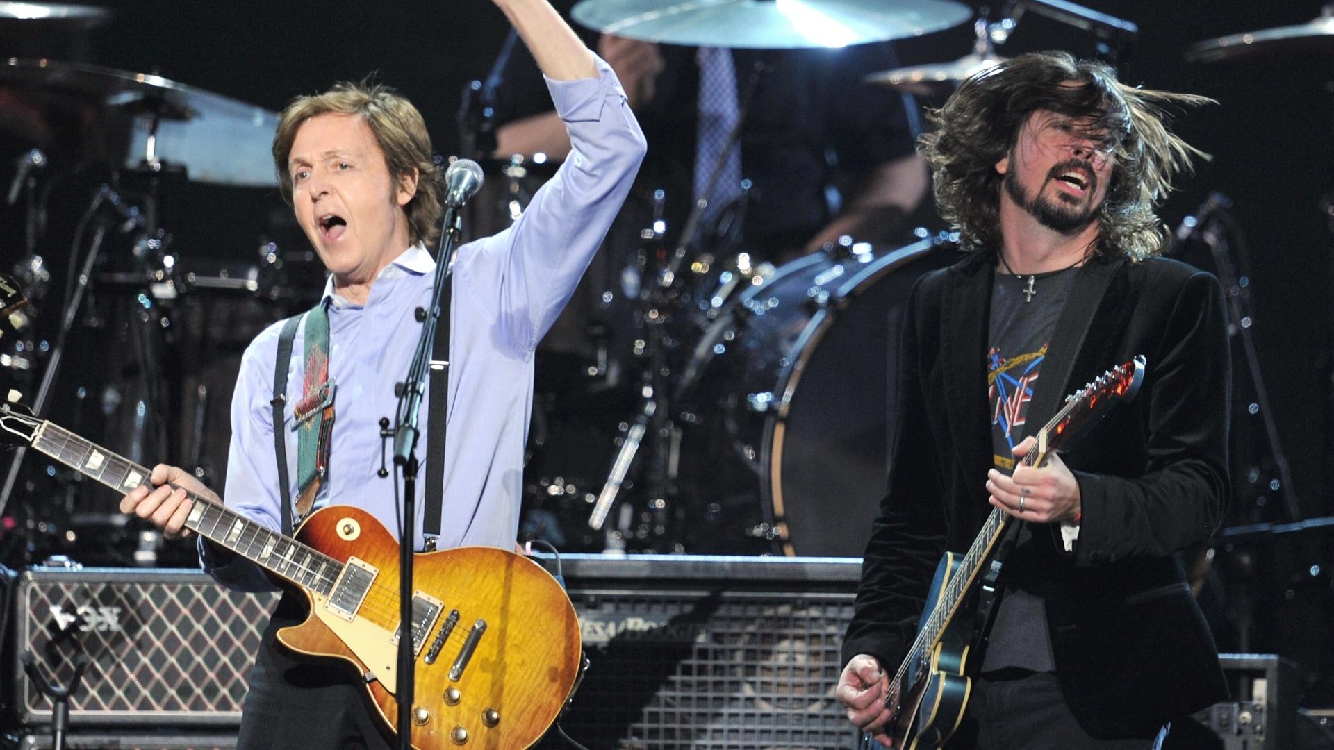 12.fev.2012 - Paul McCartney e Dave Grohl se apresentam juntos na 54ª edição do Grammy Awards, em Los Angeles