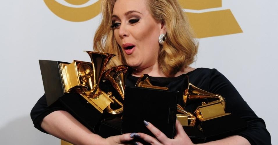 A cantora britânica Adele posa com os seis prêmios Grammy que ganhou em fevereiro de 2012
