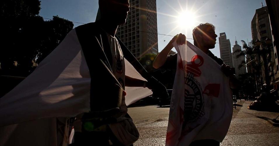 Amigos Deivid Freitas e Domingos Oliveira deixam o trabalho para acompanhar partida
