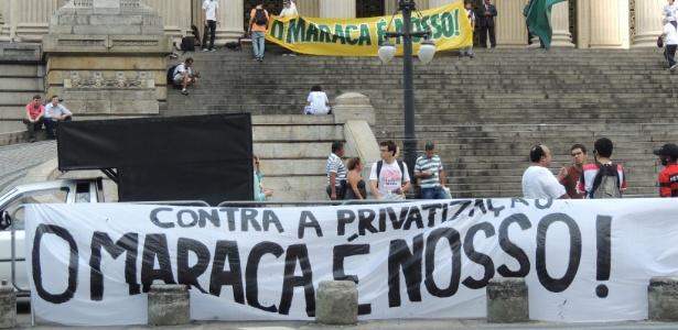 Manifestantes protestam na Assembleia antes de votação de Lei da Copa do RJ