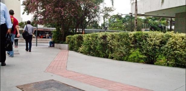 Piso tátil para cegos feito na calçada da avenida Faria Lima, altura do número 1.478, acaba em um muro