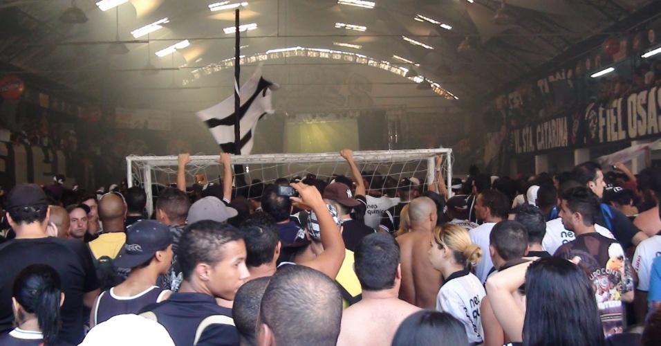 12.dez.2012 - Torcedores acompanham o jogo do fundo, de um grande telão