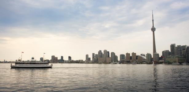 Vista da skyline de Toronto a partir do ferryboat que percorre as ilhotas próximas da cidade