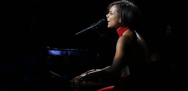 Alicia Keys se apresenta no Concert for Sandy Relief no Madison Square Garden, em Nova York. O evento, que reuniu diversos músicos e comediantes, foi transmitido para o mundo inteiro pelo YouTube e levantou fundos para auxiliar as vítimas do furacão Sandy, que assolou a costa oeste dos EUA em outubro