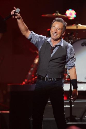 12.dez.2012 - Bruce Springsteen se apresenta no Concert for Sandy Relief no Madison Square Garden, em Nova York. O evento, que reuniu diversos músicos e comediantes, foi transmitido para o mundo inteiro pelo YouTube e levantou fundos para auxiliar as vítimas do furacão Sandy, que assolou a costa oeste dos EUA em outubro