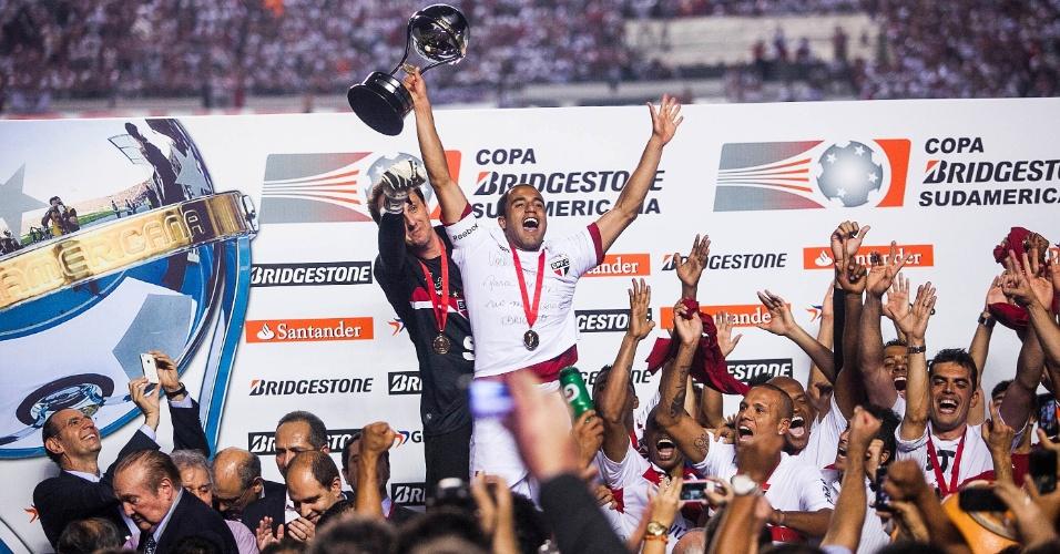 12.dez.2012 - Com o troféu na mão, Lucas comemora o título da Copa Sul-Americana de 2012