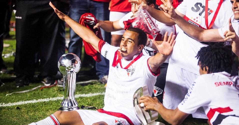 12.dez.2012 - Comandados por Lucas, jogadores do São Paulo comemoram o título da Copa Sul-Americana
