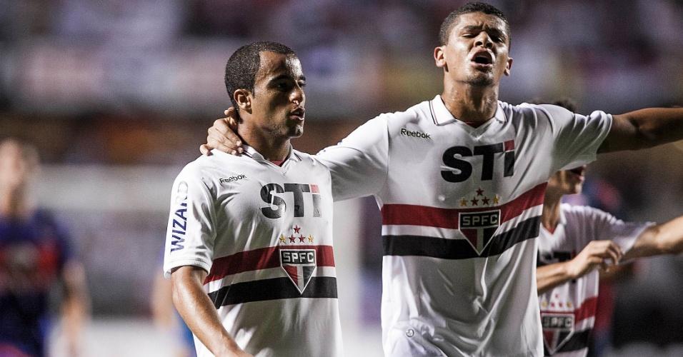 12.dez.2012 - Denilson ajuda a manter jogadores argentinos longe de Lucas na saída do campo