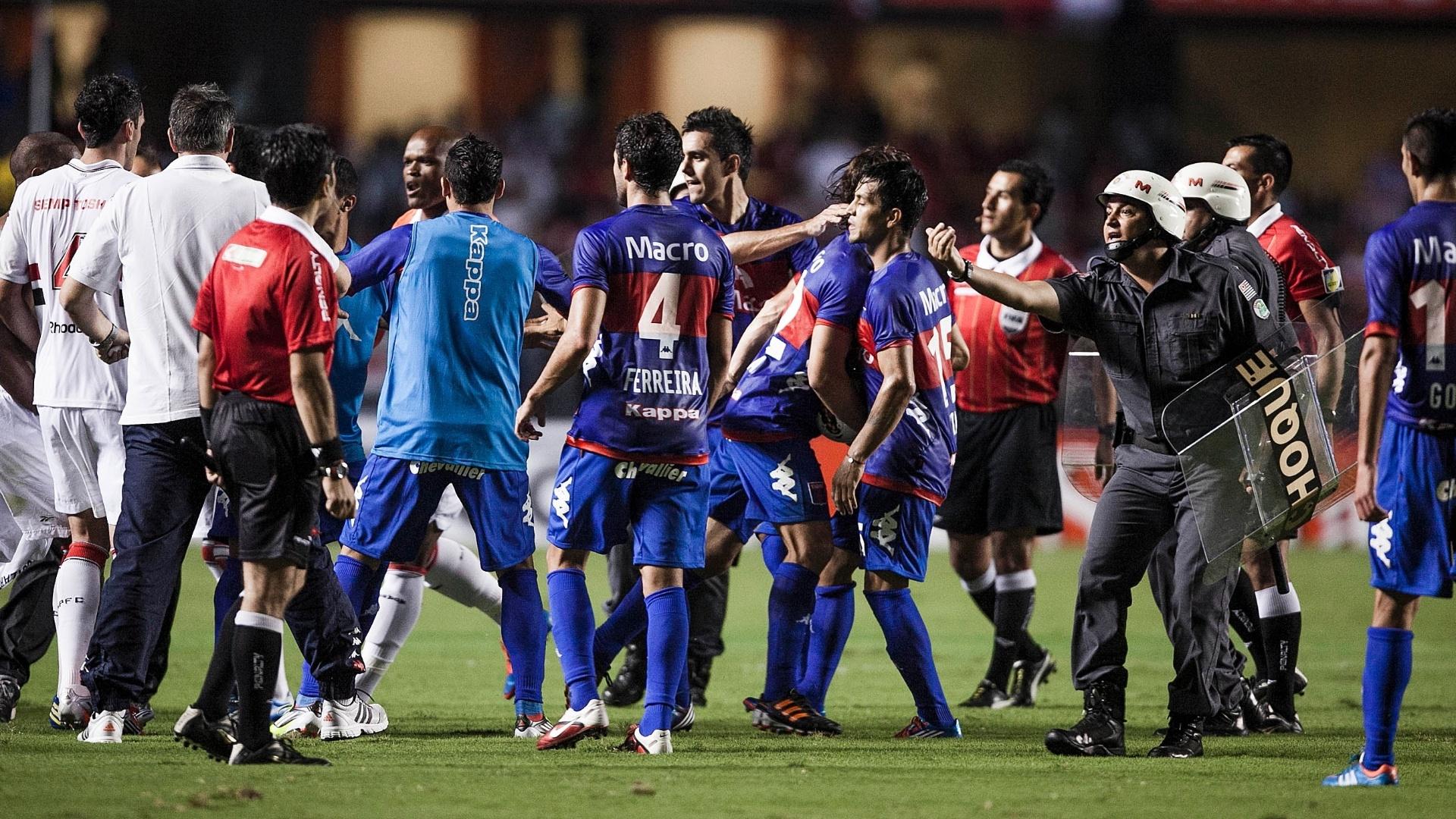 12.dez.2012 - Jogadores de São Paulo e Tigre se envolvem em confusão no intervalo da final da Copa Sul-Americana
