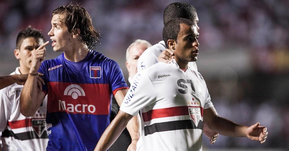 12.dez.2012 - Lucas deixa o campo ao fim do primeiro tempo de São Paulo x Tigre; confusão começa no meio de campo