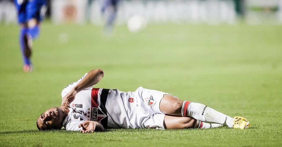 12.dez.2012 - Lucas fica caído no chão após ser atingido por Orban, do Tigre