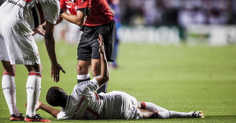 12.dez.2012 - Lucas reclama com o árbitro após ser atingido no rosto por Orban, do Tigre