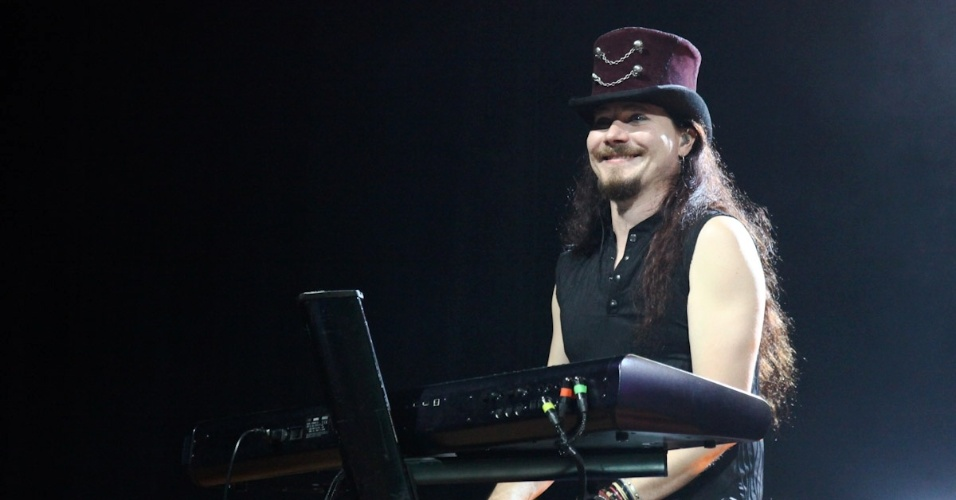 12.dez.2012 - O Nightwish se apresenta em São Paulo com Floor Jansen (vocal feminino), Tuomas Holopainen (tecladista, compositor e fundador do grupo), Emppu Vuorinen (guitarra e violão), Marco Hietala (baixo, violão e vocais masculinos) e Jukka Nevalainen (bateria)