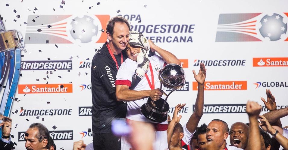 12.dez.2012 - Rogério Ceni e Lucas se abraçam para comemorar a conquista da Copa Sul-Americana