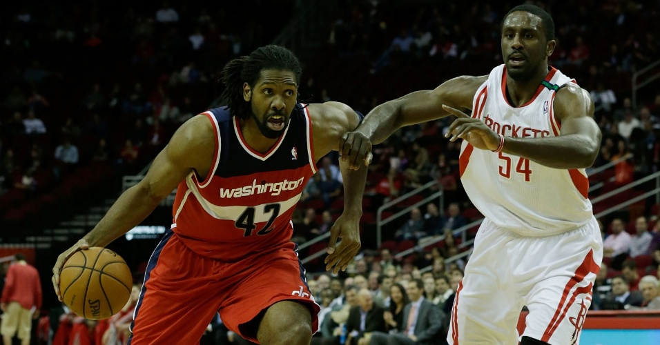 13.dez.2012 - Brasileiro Nenê (e), do Washington Wizards, avança contra Patrick Pattersen, dos Rockets