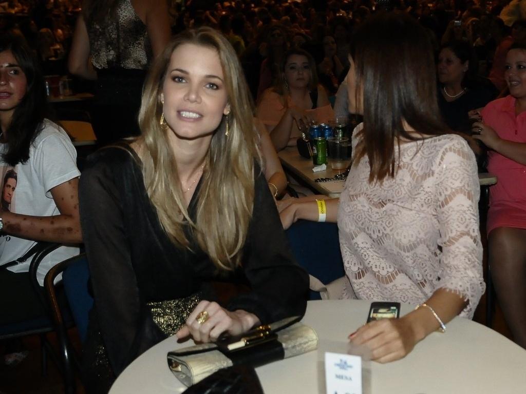 13.dez.2012 - A apresentadora comercial Claudia Swarowsky esteve no show da dupla Victor e Leo