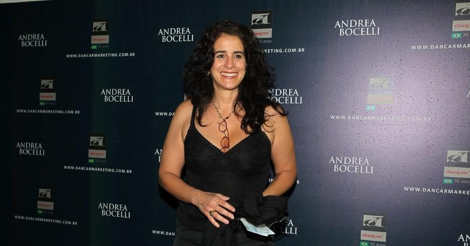 13.dez.2012 - A atriz Lúcia Veríssimo esbanja simpatia na apresentação de Andrea Bocelli na capital paulistana