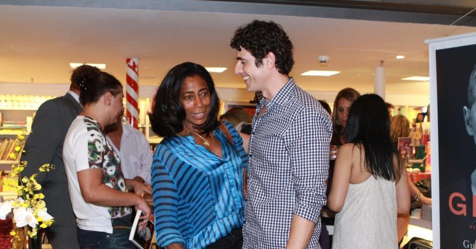 13.dez.2012 - A jornalista Glória Maria prestigiou o lançamento da biografia