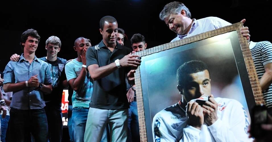 13.dez.2012 - Lucas recebe homenagem durante a festa de comemoração do título do São Paulo na Copa Sul-Americana