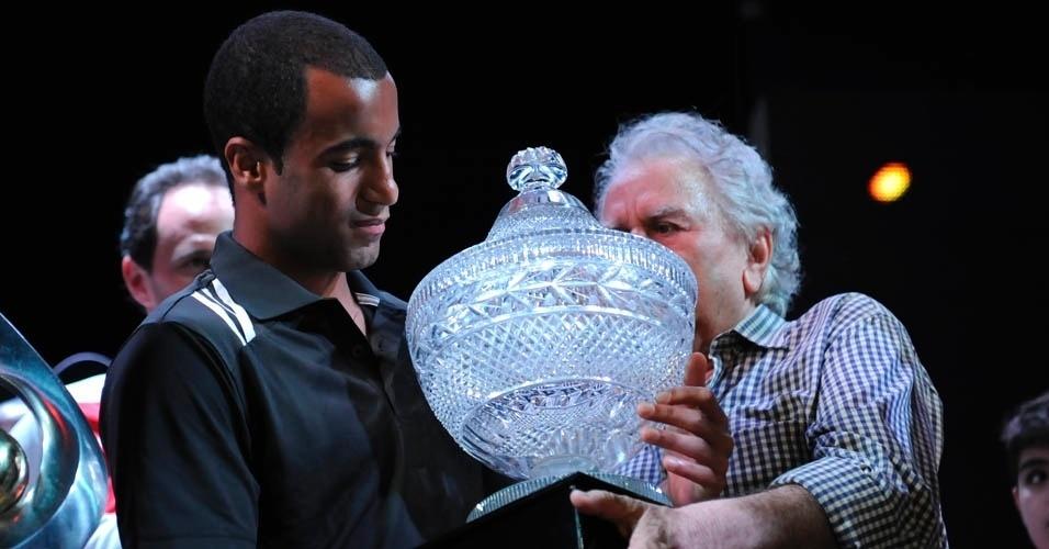 13.dez.2012 - Presidente do São Paulo, Juvenal Juvêncio, entrega troféu a Lucas na despedida do jogador após o título da Sul-Americana
