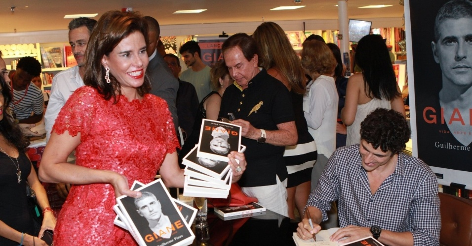 13.dez.2012 -A socialite Narcisa Tamborindeguy prestigiou o lançamento da biografia
