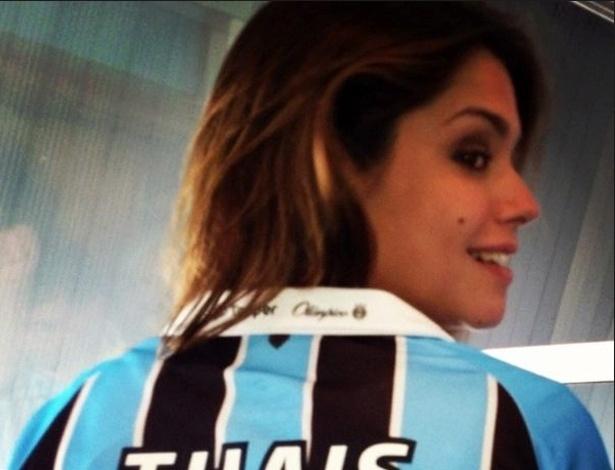 Flamenguista, atriz Thais Fersoza posa com camiseta do Grêmio, time do namorado, Michel Teló (9/12/12)