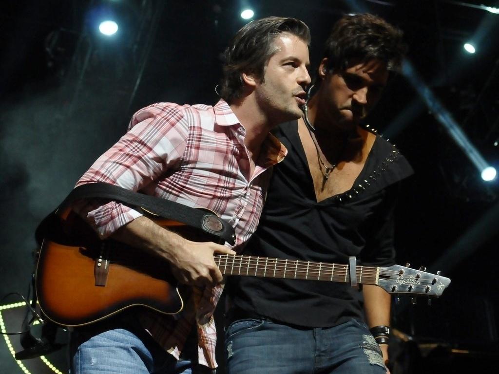 13.dez.2012 - A dupla sertaneja Victor e Leo antes do show no Credicard Hall em São Paulo