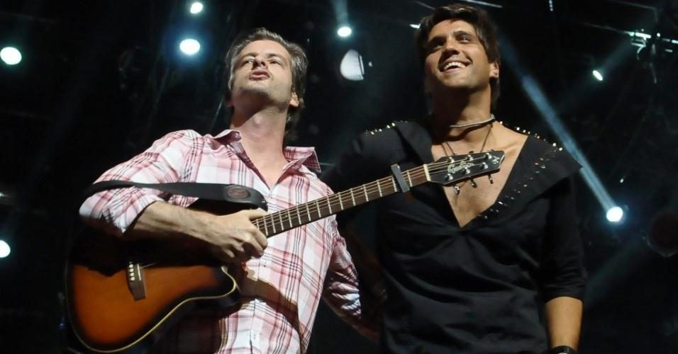 13.dez.2012 - A dupla sertaneja Victor e Leo durante show no Credicard Hall em São Paulo
