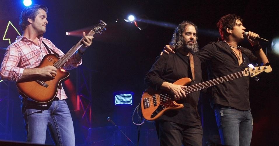 13.dez.2012 - A dupla sertaneja Victor e Leo faz show no Credicard Hall, em São Paulo