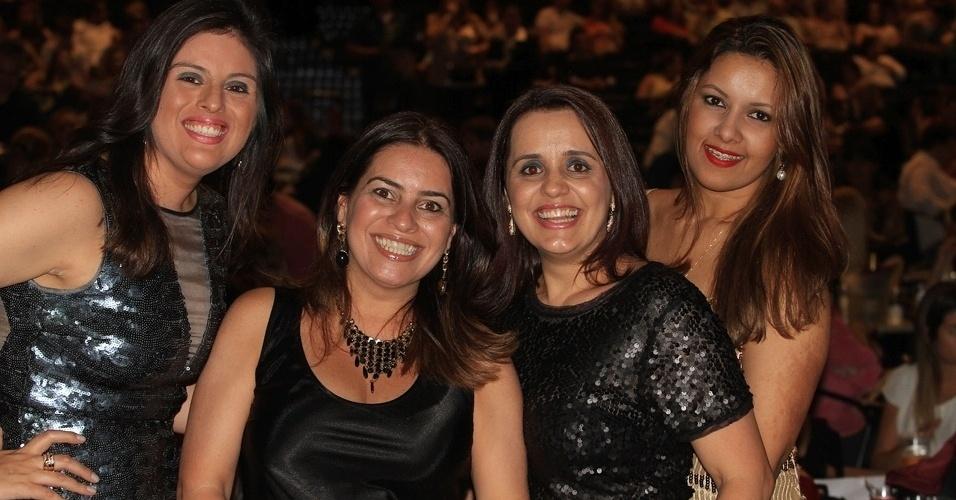 13.dez.2012 - Ana Carolina Pinheiro e amigas fãs de Victor e Leo se divertem durante show dos sertanejos no Credicard Hall em São Paulo