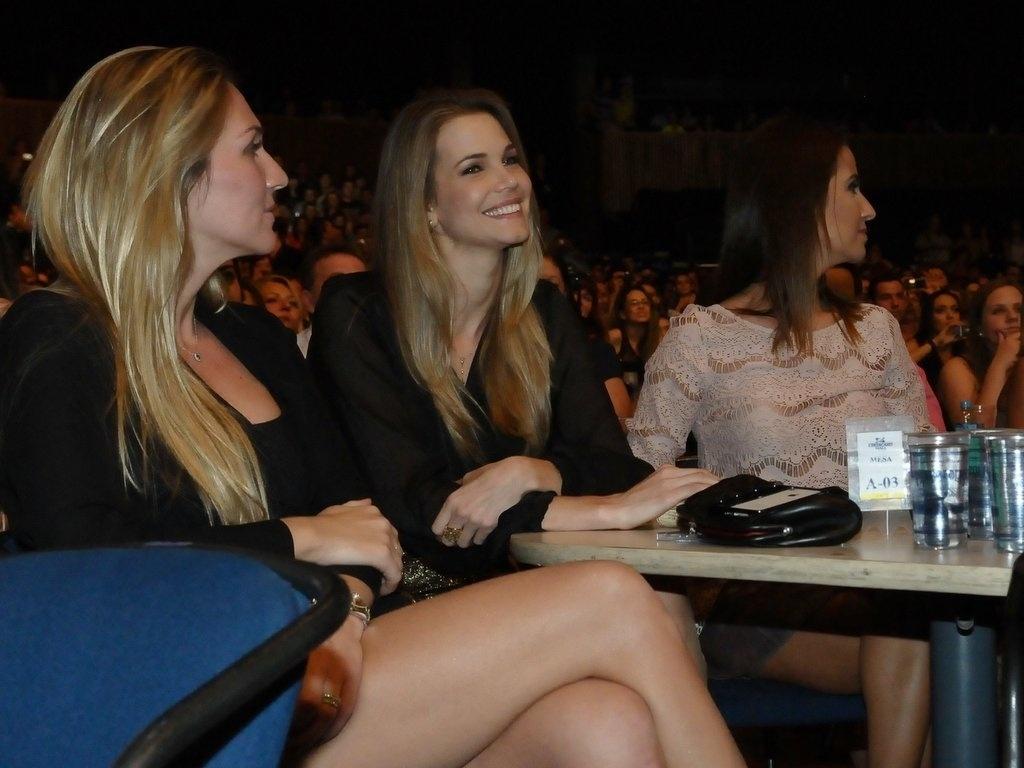 13.dez.2012 - Apresentadora comercial Cláudia Swarowsky curte show de Victor e Leo no Credicard Hall em São Paulo