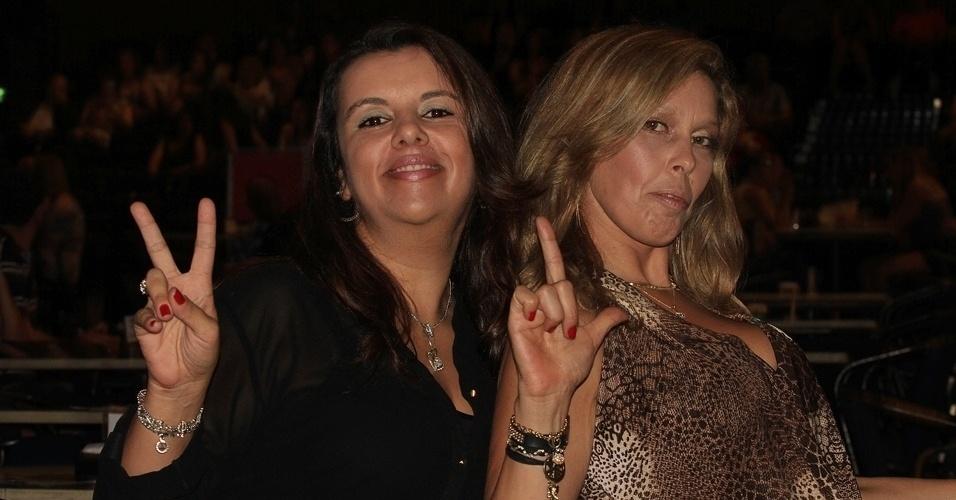 13.dez.2012 - As fãs Ana Maria Cunha e Cilene Barbosa de Araújo posam para foto fazendo o V e L, iniciais da dupla Victor e Leo durante show dos sertanejos no Credicard Hall em São Paulo