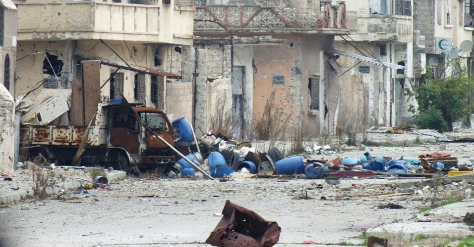 13.dez.2012 - Ataque de tropas leais ao presidente sírio Bashar Assad destroem ruas em Al-Bayada, distrito de Homs